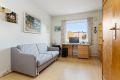 Leilighetens andre soverom er også av god størrelse. Garderobeskap følger leiligheten ved salg. Dette rommet ligger i tilknytning til entreen.