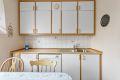 Videre er kjøkkenet utstyrt med 1,5 oppvaskkum med ettgrepskran, samt opplegg til oppvaskmaskin.
