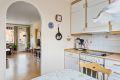 Kjøkkenet ligger i tilknytning til stuen med enkel vegg som skiller de to rommene. I tilsvarende leiligheter har flere valgt å åpne opp, og lage en åpen og mer moderne løsning.