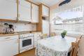 Kjøkkenet har integrert komfyr med koketopp og ventilator med kullfilter.