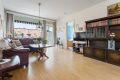 Leiligheten har en romslig stue. Gode vindusflater slipper inn rikelig med naturlig lys.