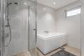 Badet er på over 8 kvm med både dusjhjørne og badekar.