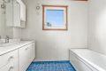 2. etasje: Badet har servant med underskap, veggskap, speil med overlys og badekar med dusjgarnityr.