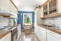 1. etasje: Lyst kjøkken med blant annet oppvaskmaskin og 1 1/2 oppvaskkum. Hvitevarer medfølger.