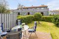 Terrassen har  god plass til utemøbler og direkte tilgang til gressplenen.