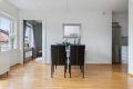 Stue og kjøkken i åpen løsning med god plass til spisebord.