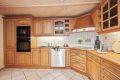 Kjøkken i heltre eik, integrerte hvitevarer som ovn, oppvaskmaskin og platetopp