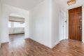 Entré med belegg på gulv, malt tynnpanel og malte strier på vegger, malt tak. Original plassbygd skyvedørsgarderobe.