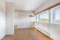 Spiseplass med belegg på gulv, tapet på vegger og malt tak. Gode muligheter for en spisegruppe og det er flott utsikt fra kjøkkenvinduene.