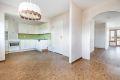 Kjøkken med belegg på gulv, malte slette vegger og malt tak.