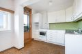 Kjøkkeninnredning med hvite formpressede fronter, dobbel oppvaskkum med helt benkebeslag, varmtvannsbereder i underskap og opplegg for oppvaskmaskin
