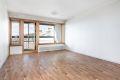 Romslig stue med belegg på gulv, malte stirer på vegger og malt tak.