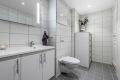 En god start på dagen begynner på et varmt og delikat bad. Innredning, vegghengt toalett, dusjhjørne. Down-lights.