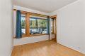 Soverom 2 med laminat på gulv, malte strier på vegger og malt tak