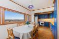 Spiseplass med parkett på gulv, malte strier på vegger og malt tak. God plass for en hyggelig spisegruppe og god utsikt fra kjøkkenvinduene.