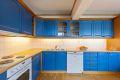 Kjøkken med parkett på gulv, malte strier på vegger og malt tak.