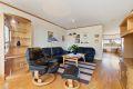 Stue med parkett på gulv, malte strier på vegger og malt tak.