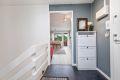 Entré har tilknyttning til kjøkken og stue, og deretter trapp ned til underetg.