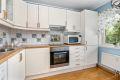 Praktisk kjøkken med god benk- og skapplass