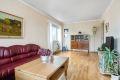 Stuen er enkelt å møblere med både sofagruppe, TV-vegg og spiseseksjon.