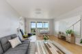 Stor stue med rikelig lys fra store vindusflater. Rommet har en naturlig inndeling som gjør det lett å møblere.
