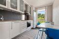 Kjøkkeninnredning med hvite fronter og heltre benkeplate. God lagringsplass med både over- og underskap. Stor vindusflate slipper inn rikelig med naturlig lys, og gir et hyggelig inntrykk på kjøkkenet