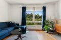 Leiligheten har en lys og romslig stue med god plass til sofagruppe og TV-møblement. Hyggelig og grønt utsyn fra sofakroken!