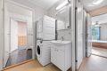 Man har tilgang til bad/wc både fra gangen og fra hovedsoverommet, via innvendig bod