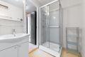 Badet har god plass til dusjkabinett, servant i skapinnredning og vaskesøyle