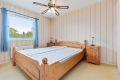 Leiligheten har tre gode soverom. Dette er hovedsoverommet, og ligger i tilknytning til kjøkken og bad. Rommet vender mot øst