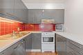 Kjøkkeninnredningen har gråmalte høyglansfronter og det er lagt fliser over benk. Videre er kjøkkenet utstyrt med 1,5 oppvaskkum, ettgrepskran og opplegg til oppvaskmaskin