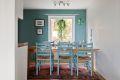 Kjøkkenet har en halvåpen løsning, med god plass til spisebord.