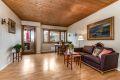 Lys og romslig stue med plass til sofagruppe og spisebord