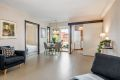 Romslig stue som har god plass til både sofagruppe og spisestue