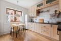 Separat spisekjøkken med god skapplass. Integrert oppvaskmaskin,  koketopp og ovn
