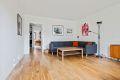 Stuen er romslig og lett å møbler og har utgang til fin balkong