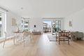 Stor stue med god plass til både sittegruppe og spisestuebord