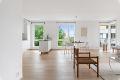Store vindusflater i stuen slipper inn rikelig med naturlig lys