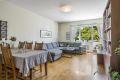 Stuen er romslig og har god plass til både sofagruppe og spisestue