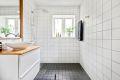 Bad med nye varmekabler i 2018. Vindu som gir fint naturlig lys på badet.
