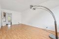 Stuen er lett å møblere, her har du fin mulighet for både salong og spisestue.