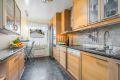 Kjøkken med integrert platetopp, oppvaskmaskin, mikro og stekeovn