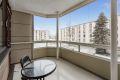 Vest-sydvestvendt innglasset balkong på ca. 8m² med adkomst fra stue.