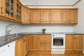 Kjøkkeninnredning med profilerte eikefronter, 2 stk. fronter m/glass, laminat benkeplate, 1 1/2 oppvaskkum, uttrekksventilator og opplegg for oppvaskmaskin.