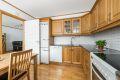 Kjøleskap, oppvaskmaskin og komfyr følger boligen ved salg.