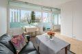 De store vindusflatene gir godt med lys og skaper en fin atmosfære i rommet!