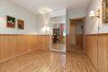 Soverom 2 med belegg på gulv, brystningspanel med tekstilstrier over på vegger og malt tak. Liten praktisk speil skyvedørsgarderobe