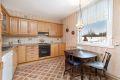Kjøkken med belegg på gulv, malte strier på vegger og malt tak. Muligheter for en hyggelig spiseplass.