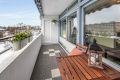 Utgang fra stuen til en hyggelig sydvendt balkong på 7,5 kvm med markise.