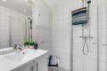 Leiligheten har et flott og delikat flislagt bad/wc med varmekabler i gulv og opplegg til vaskemaskin.